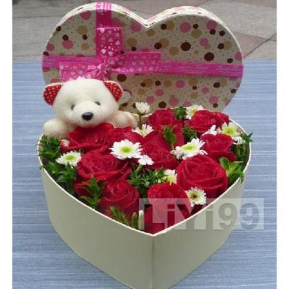 11朵顶级红玫瑰,精美小熊一只,野花点缀,心形鲜花礼盒一个