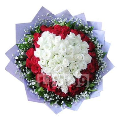 33朵顶级白玫瑰,19朵顶级红玫瑰,满天星绿叶丰满